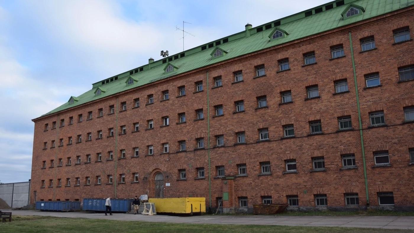 Joutseno centre (Jessica  Stolzmann, Asylsökande bakom lås och bom i gammalt fängelse, Yle, 28 October 2014, https://svenska.yle.fi/artikel/2014/10/28/asylsokande-bakom-las-och-bom-i-gammalt-fangelse)